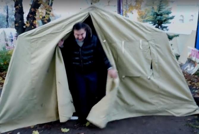 новое место жительства саакашвили - палатка в центре киева