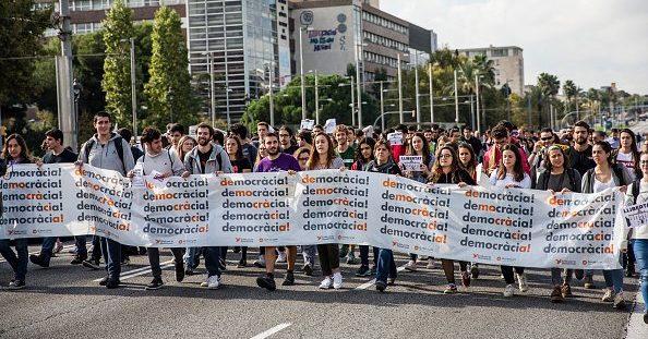 каталонцы митингуют против задерждания местных политиков