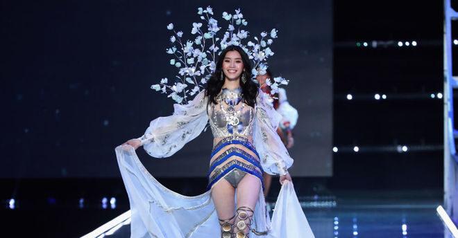 Модель Мин Си упала на показе Victoria's Secret в Шанхае