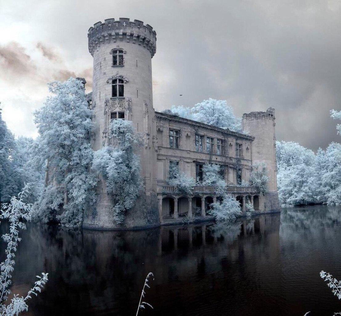 старинный замок во Франции