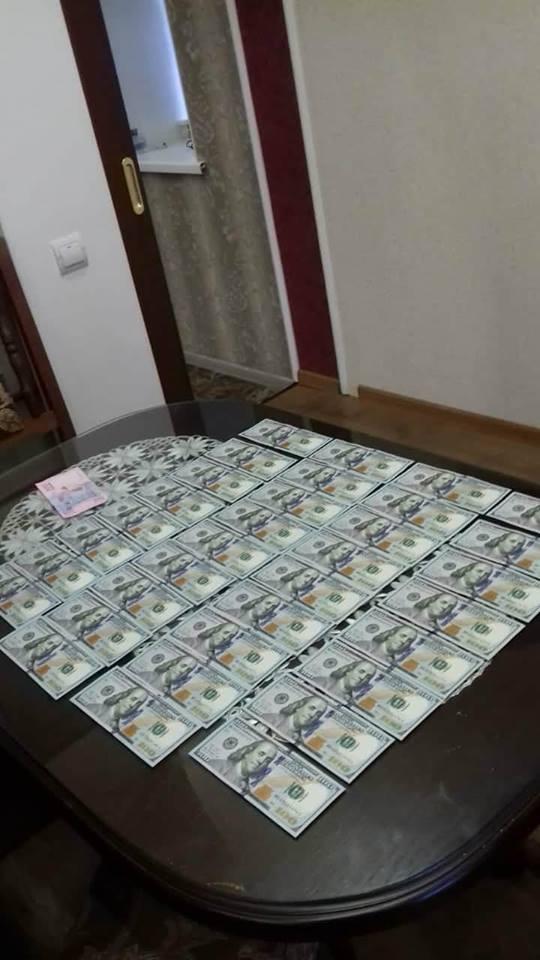 Запорожские чиновники попались на взятке в 100 тысяч грн