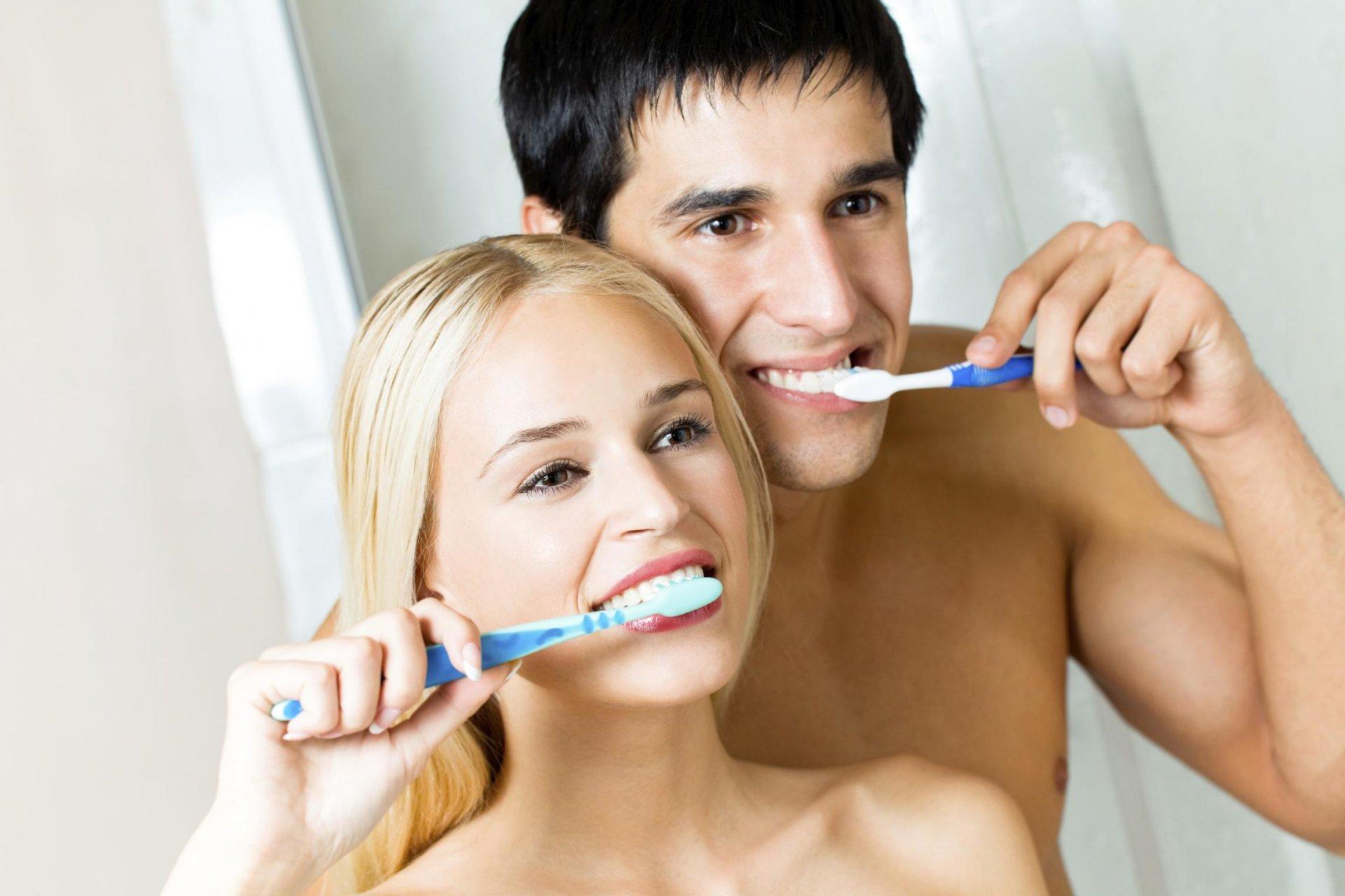 Многократно чистить зубы