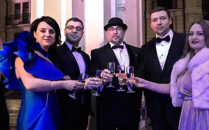 Продюсер заходу Богдан Терзі з дружиною (ліворуч), Костянтин Скопцов, та фінансовий експерт Максим Рудік с дружиною (праворуч).