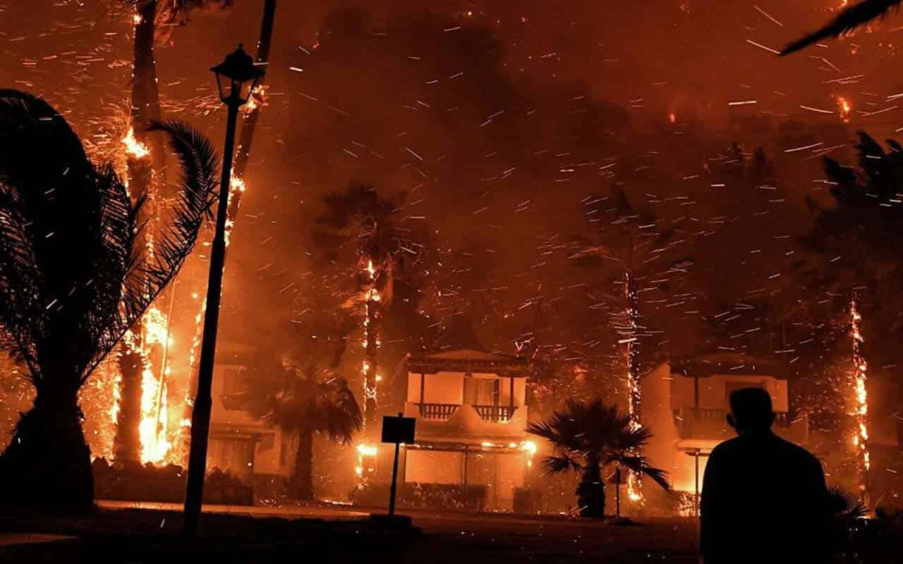 In Greece, due to massive forest fires, five villages are evacuated